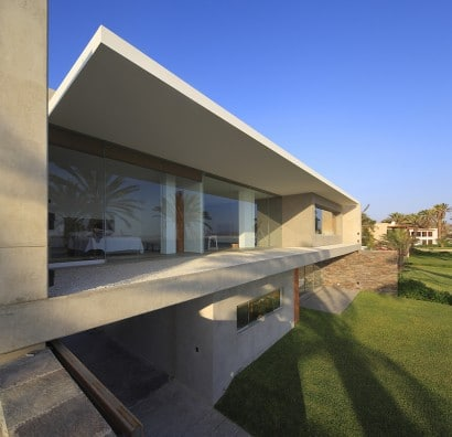 Estructura de fachada posterior de casa de dos plantas