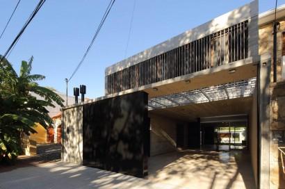 Fachada de casa de dos plantas construida en hormigón