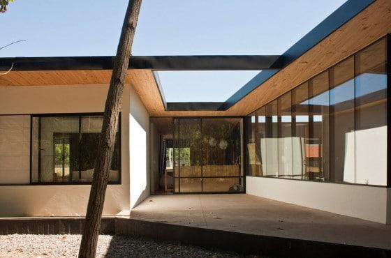 Fachada de casa de un piso con techo calado