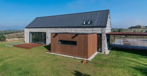 Fachada de casa pequeña de piedra y madera