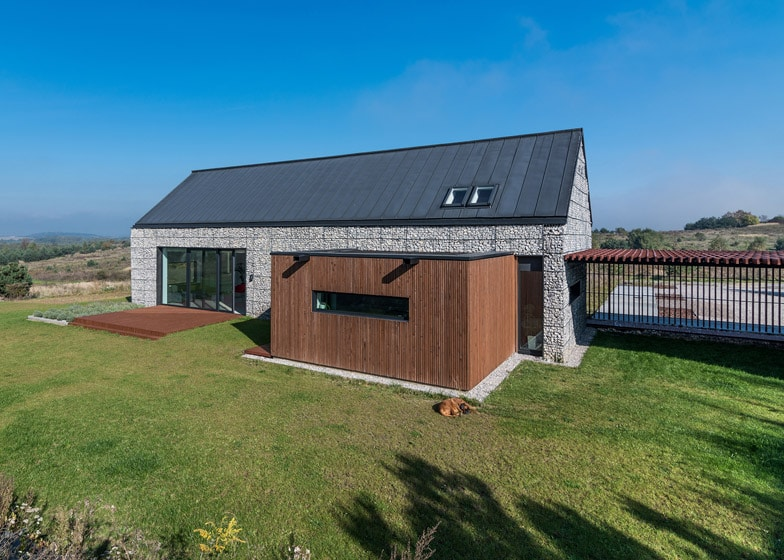 Dise o de casa de campo de piedra y madera construye hogar for Casas modernas revestidas en piedra