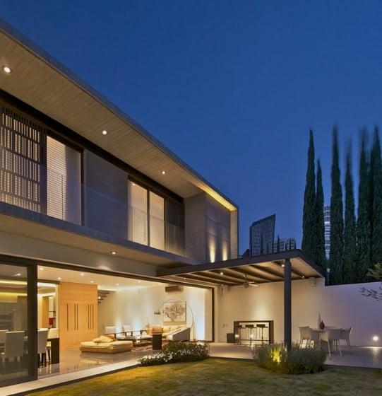 Fachada posterior de moderna casa de dos plantas