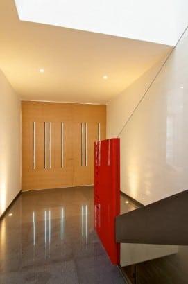Foto de la puerta y escalera de metal de la casa de dos plantas