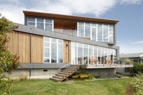Moderna fachada de casa de dos plantas con grandes ventanas
