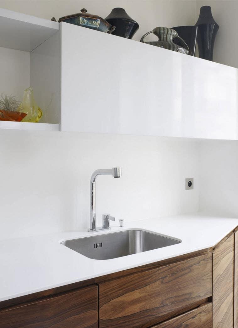 Plano de casa triangular con dise o de interiores for Casas de muebles de cocina