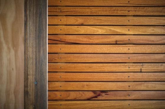 Muro de varillas de madera colocadas de forma horizontal