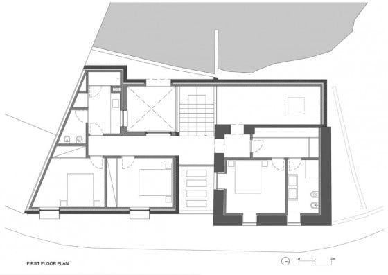 Plano de casa de dos plantas construida en terreno irregular