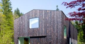 fachada de casa de madera construida en el campo