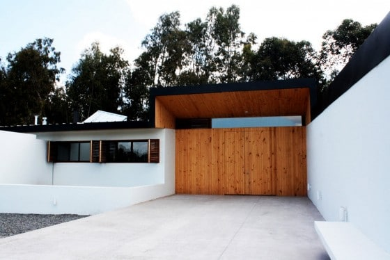 puerta de madera de acceso a casa campestre