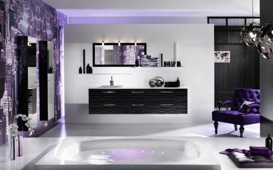 Decoración de cuarto de baño con dosis de arte purpura