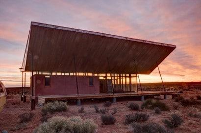 Diseño de casa con gran techo en forma de sombrero
