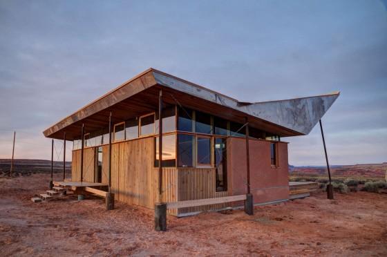 Diseño de casa pequeña de madera y arcilla con techo sobrero