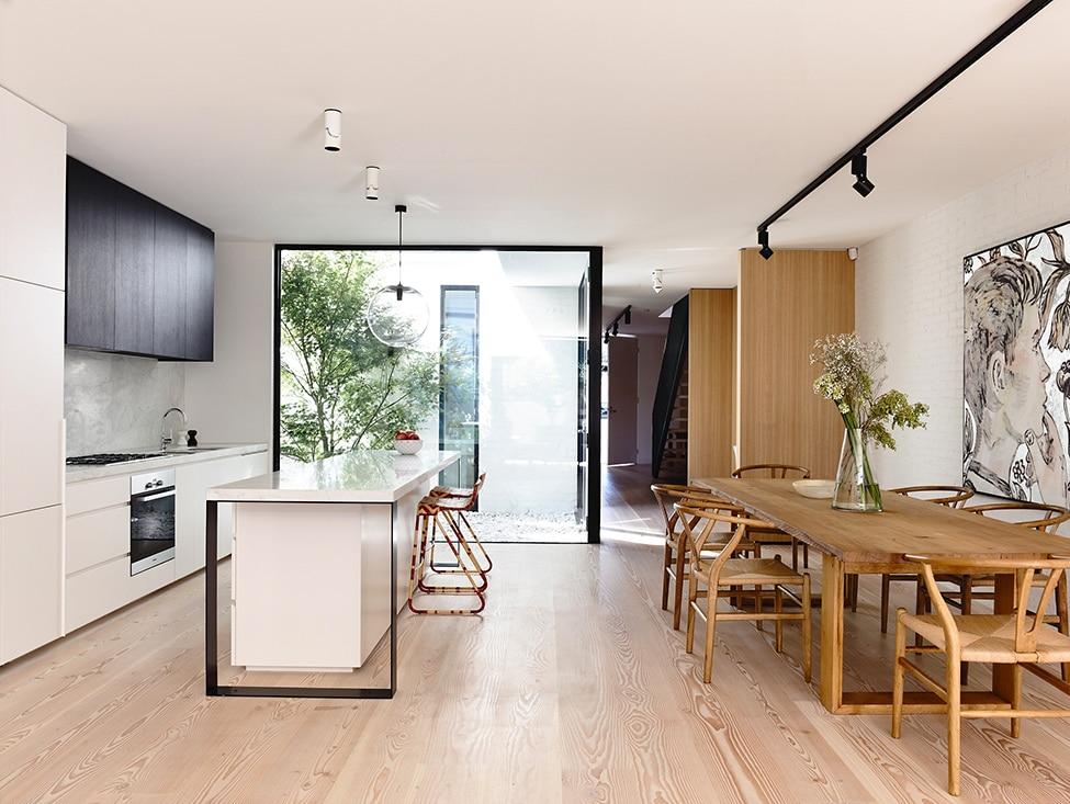 Diseño de casa de dos plantas construida en terreno pequeño, moderna