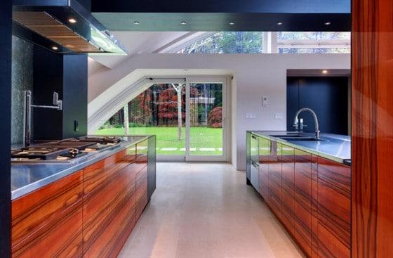 Diseño de cocina con muebles brillantes de madera