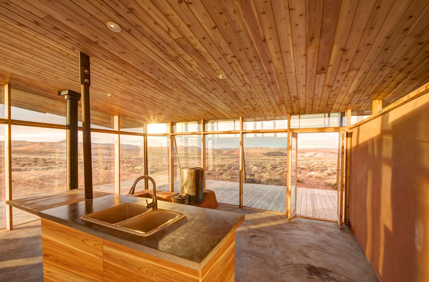 Proyecto de pequeña casa de arcilla y madera con moderno diseño de