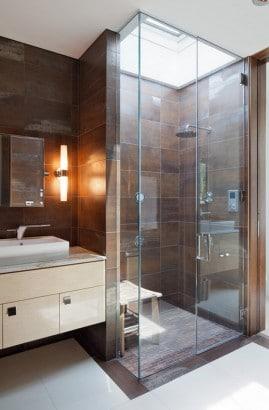 Diseño de cuarto de baño con cerámicos marrones