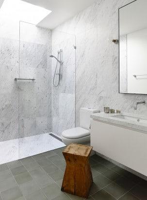 Diseño de cuarto de baño de blanco y gris