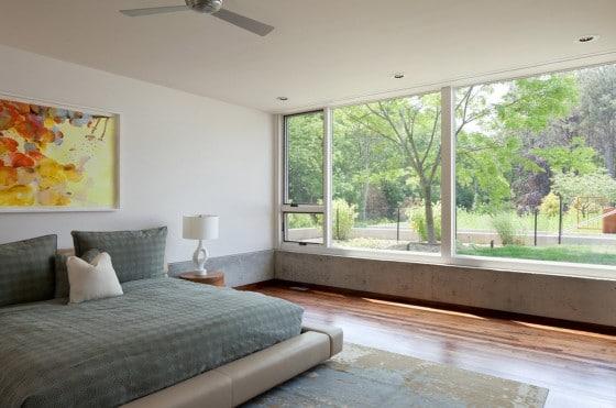 Diseño de dormitorio con ventana grande