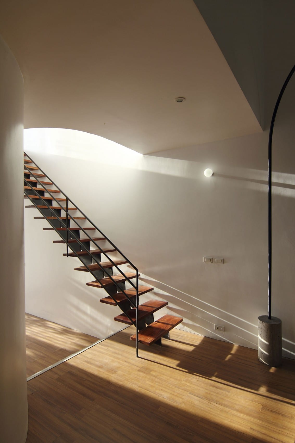 Planos de casa de tres plantas peque a construye hogar for Escaleras para tres pisos