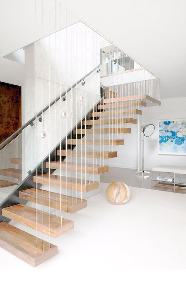 Dise o de casa grande moderna forma arco construye hogar - Escaleras con peldanos de madera ...