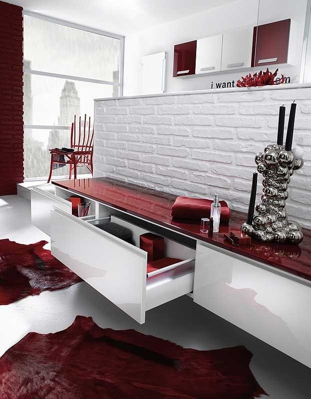 Baño Pintado De Rojo:de cuarto de baño combina lo rústico y moderno e incluye adornos de