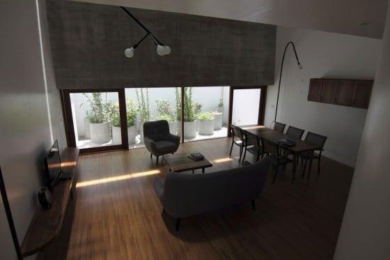 Diseño de sala comedor de casa pequeña con techo alto