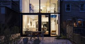 Fachada de casa moderna con grandes ventanas