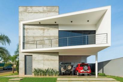 Fachada de casa moderna de dos pisos constuida en hormigón