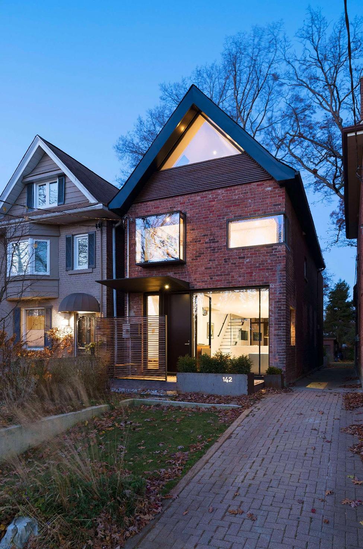 Fachada de casa moderna de dos plantas de ladrillo for Fachada de ladrillo