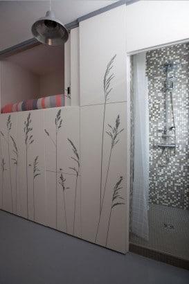 Vista del armario y puerta hacia el baño