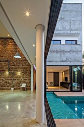 vista de sala y piscina de casa de dos pisos
