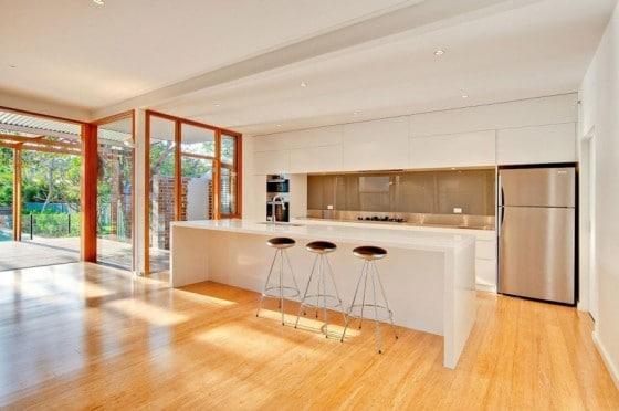 Diseño de cocina con isla de casa moderna
