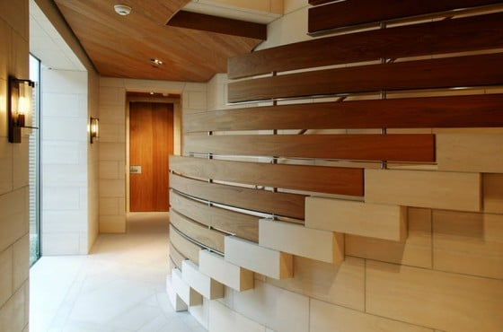 Diseño de escaleras con barandas de madera y acero