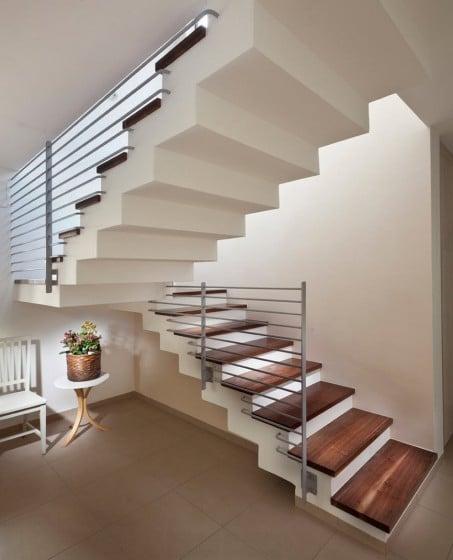 Diseño de escaleras con barandas horizontales de acero