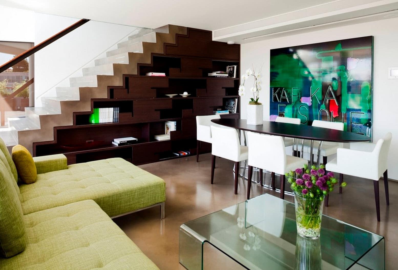 Dise o de escaleras y pasamanos construye hogar for Salas con escaleras