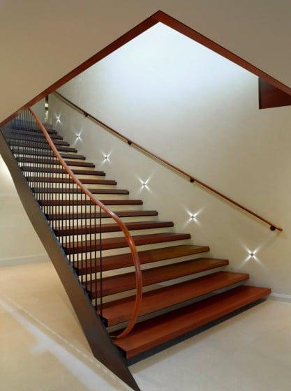 Diseño de escaleras con peldaños de madera y pasamanos oblicuos