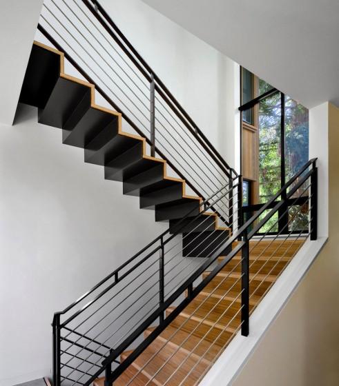 Diseño de escaleras de acero y madera con pasamanos de hierro