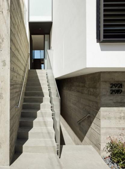 Escaleras laterales de casa de tres pisos