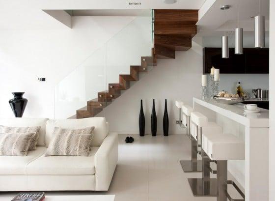 Diseño de escaleras peldaños de madera y baranda de vidrio templado