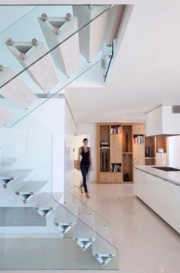 Diseño de modernas escaleras con peldaños geométricos baranda de vidrio