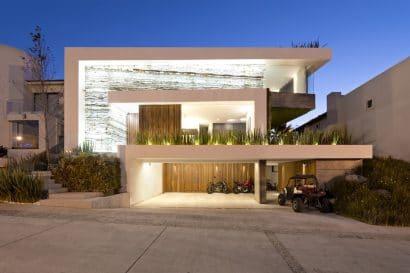 Fachada de moderna casa con piscina