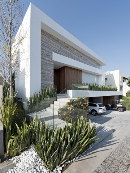 Fachada moderna de casa con sótano