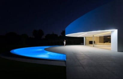 Diseño de casa moderna con piscina ovalada