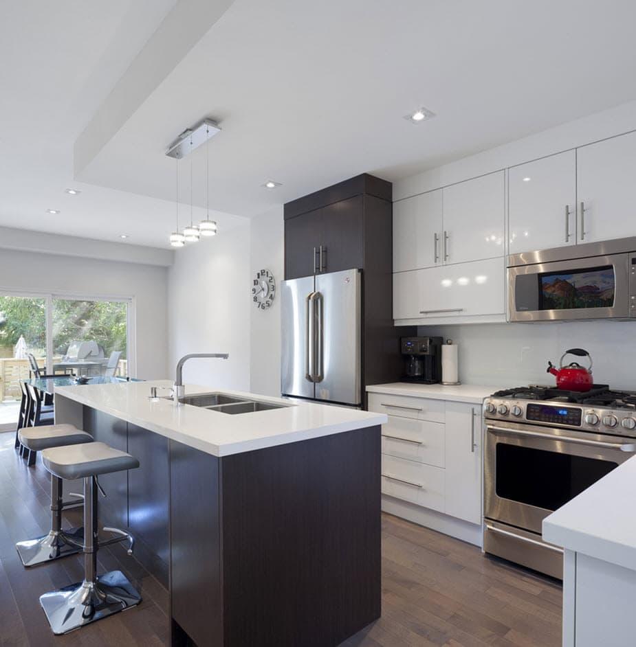 Planos de casa de dos pisos con fachadas e interiores for Cocinas comedor con islas modernas