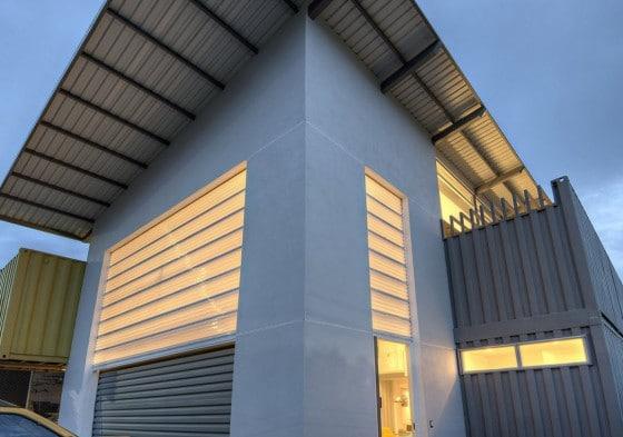 Fachada de casa construida con contenedores reciclados