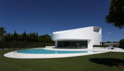 Fachada de casa moderna de dos plantas