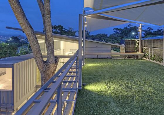 Techo verde en casa construida con containers