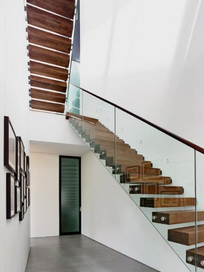 Diseño de escaleras con pasamanos de cristal