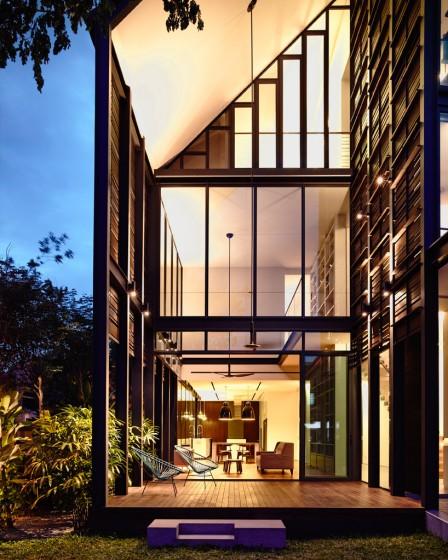 Diseño de fachada con grandes ventanas