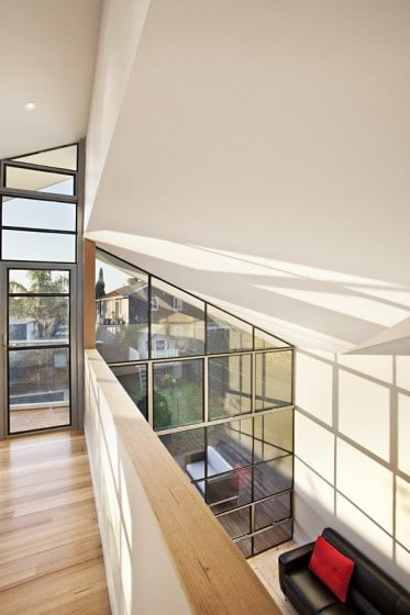 Diseño de pasadizo con pisos de madera